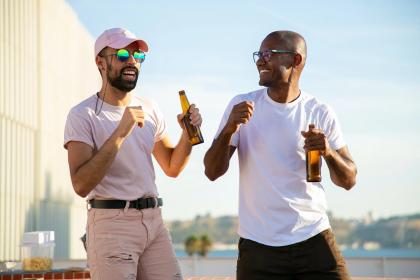 Gezellige mannen met bier